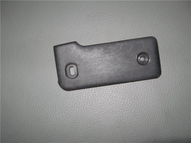 Afbeeldingen van plastic plaatje op scharnier bagagedeksel voorzijde, links